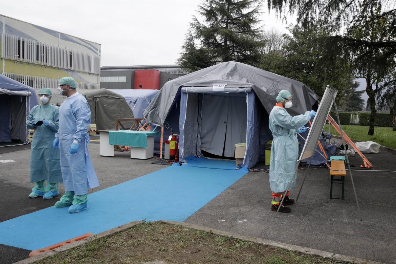 Una struttura di emergenza allestita dall'ospedale di Brescia