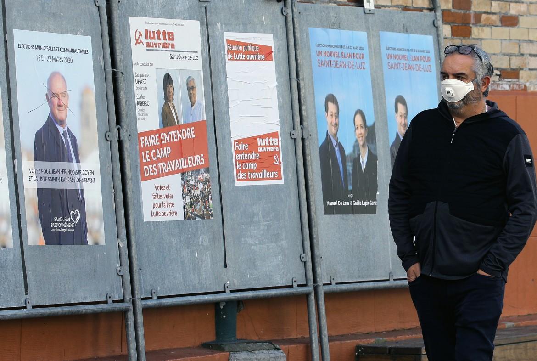 Cartelloni elettorali per le strade di Saint Jean de Luz