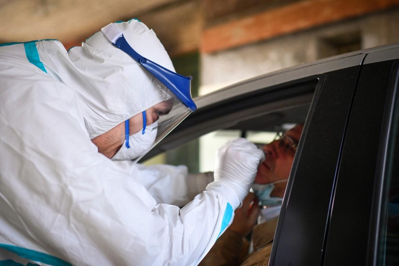 Tampone in auto per testare positività al corona virus