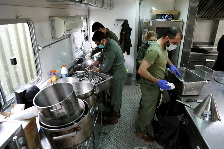 Vigili del fuoco spagnoli cucinano per i senzatetto