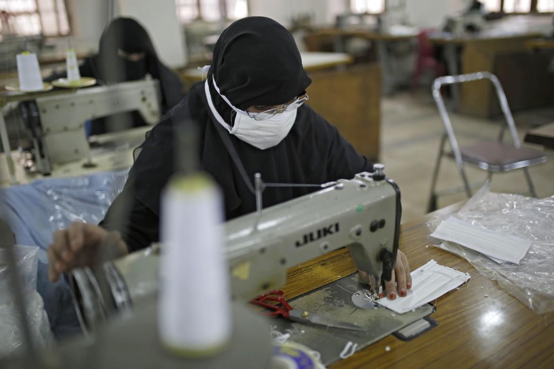 Un'operai yemenita produce mascherine contro il coronavirus a Sana'a