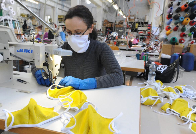 Una fabbrica di Besozzo (Varese) riconvertita alla produzione di mascherine