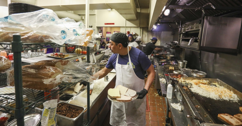 Un lavoratore in un ristorante di Chicago