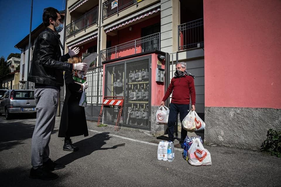 Distribuzione di cibo delle Brigate volontarie per l'emergenza (Milano)