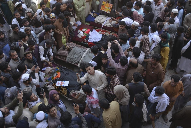 Nangarhat, funerali di sei civili afghani, tra cui una donna e due bambini, uccisi dalle forze afghane