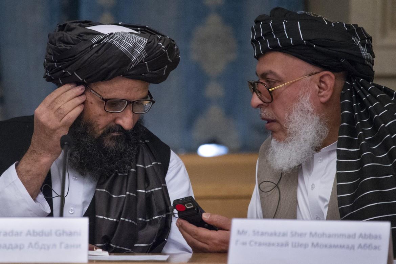 Il mullah Abdul Ghani Baradar (sinistra) con Sher Mohammad Abbas Stanikzai, capo dei negoziatori talebani a Doha