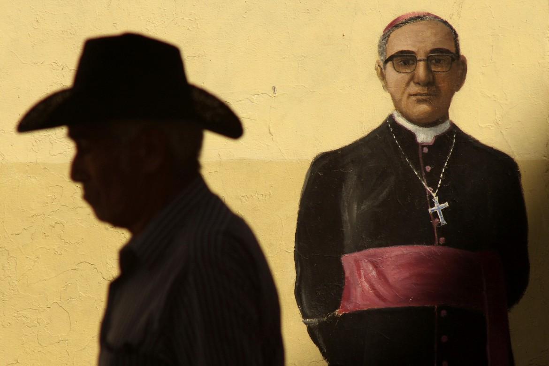 Immagine di monsignor Romero sul muro della catterale di San Salvador