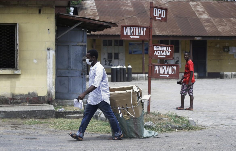 Nell'ospedale Yaba Mainland, dove è ricoverato il cittadino italiano affetto da Coronavirus. Primo caso nell'Africa sub-sahariana