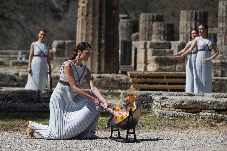 Olimpia, Grecia, 12 marzo 2020. L'attrice greca Xanthi Georgiou nella cerimonia di accensione della fiaccola olimpica