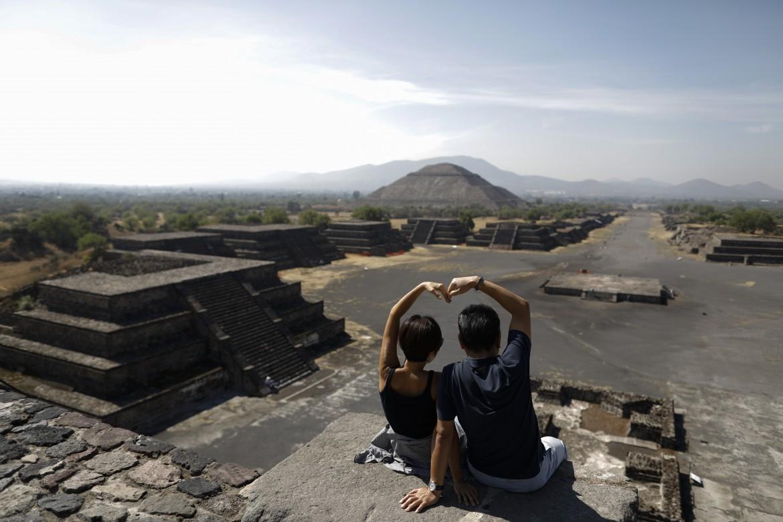 Coppia di turisti sud-coreani sulla piramide della luna a Teotihuacan