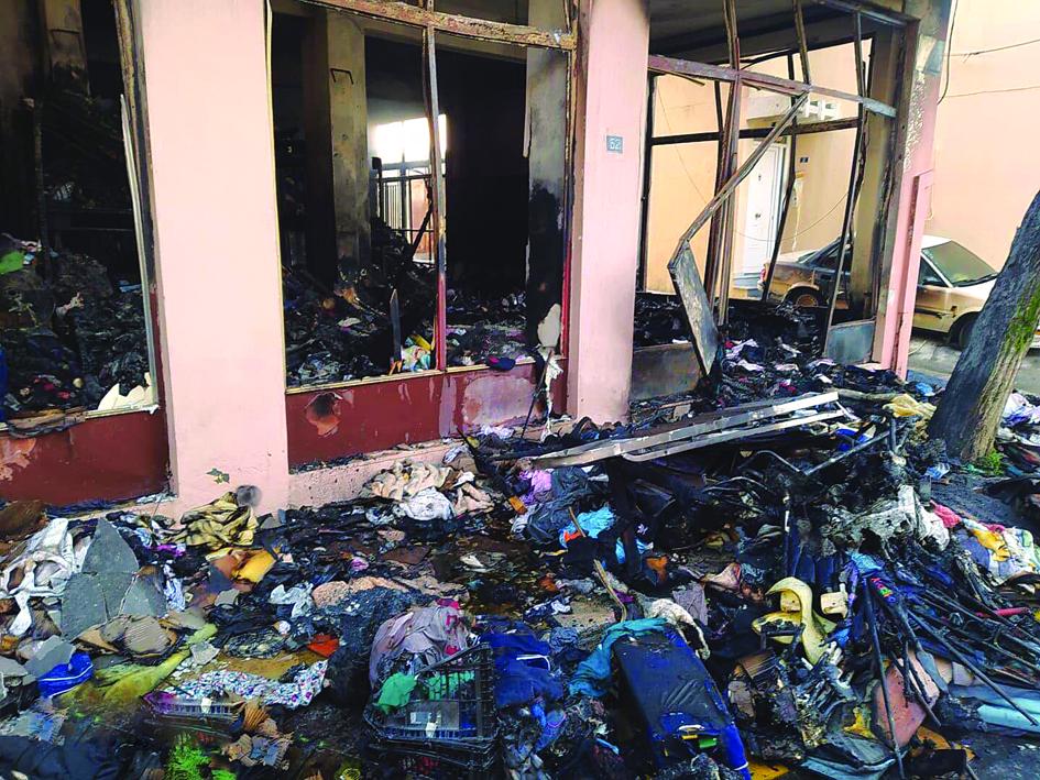 Il magazzino incendiato al campo di Vial sull'isola di Chios in Grecia