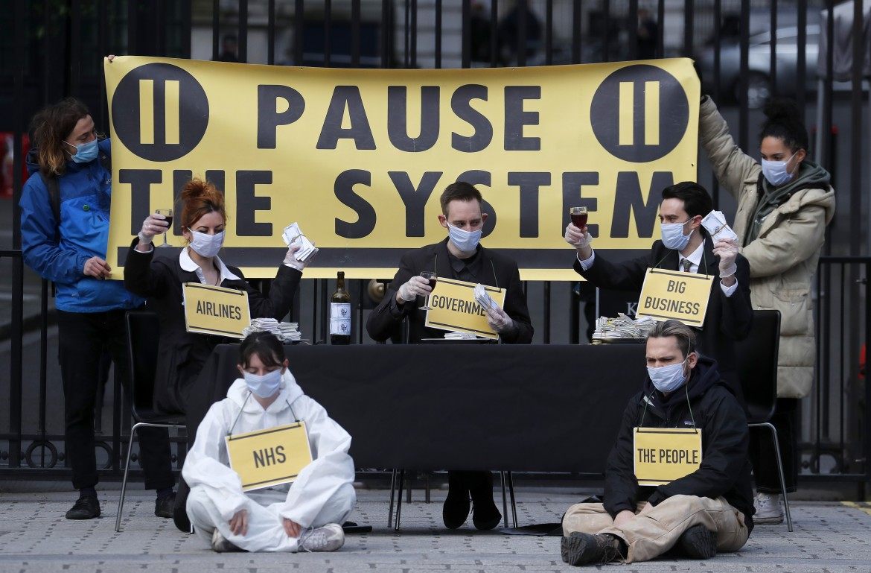 Londra, il gruppo Pause the System protesta davanti all'entrata di  Downing Street