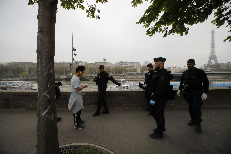 Parigi, controlli della polizia lungo la Senna