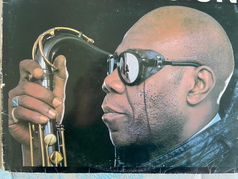 Manu Dibango fotografato da Bernard Matussieres nel 1984 per la copertina del singolo Abele Dance