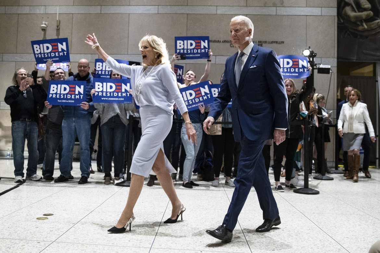 Joe Biden, accompagnato dalla moglie Jill, al National Constitution Center di Philadelphia