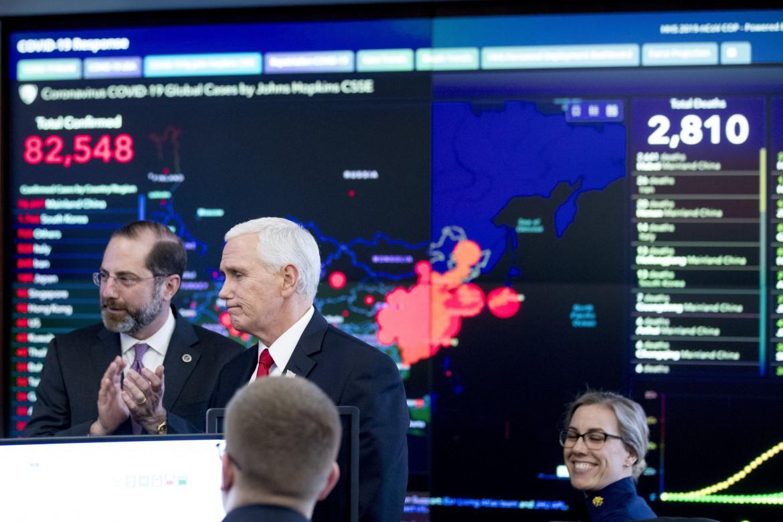 Mike Pence durante una riunione della task force