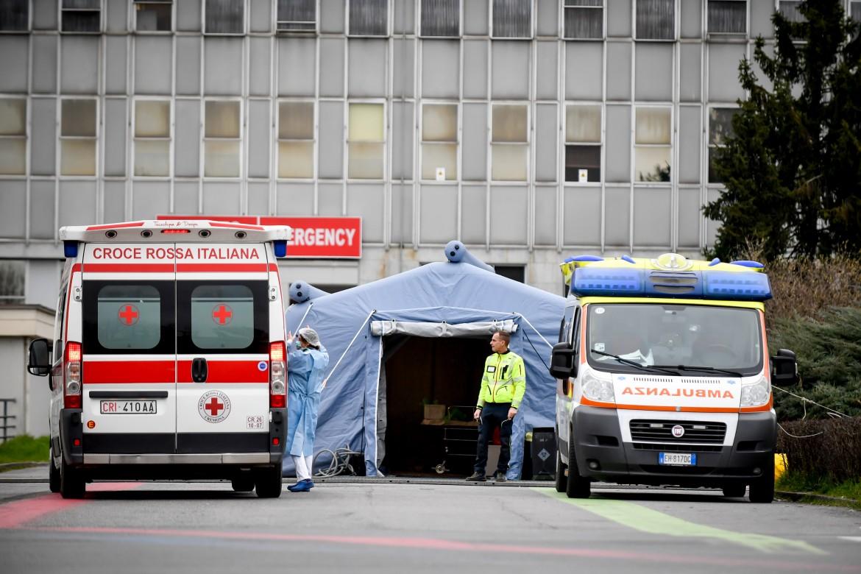 Tenda per la triage allestita all'ospedale di Cremona per gestire l'emergenza coronavirus