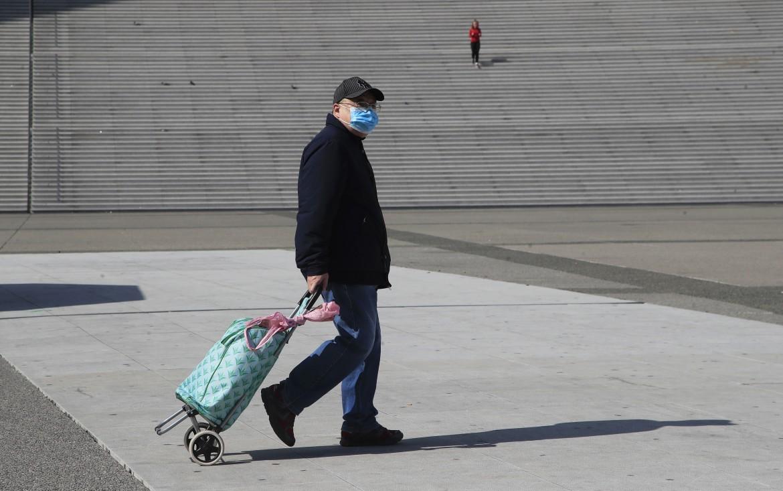 Un uomo cammina solitario a Parigi