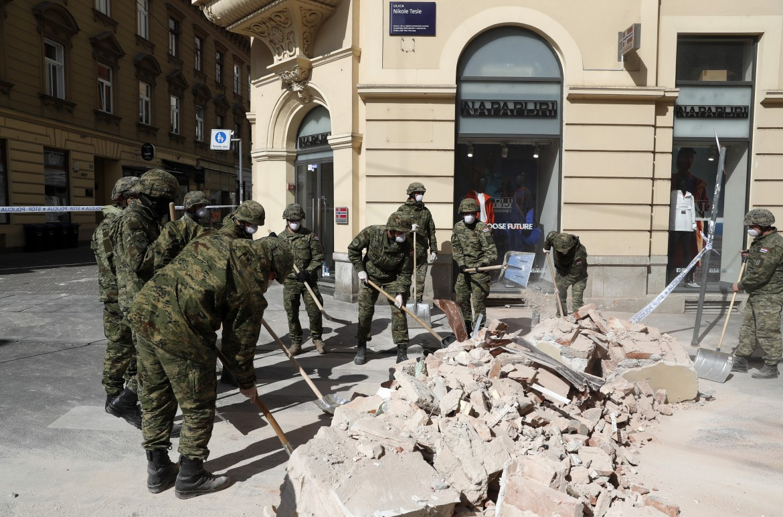 Al lavoro tra le macerie del terremoto a Zagabria