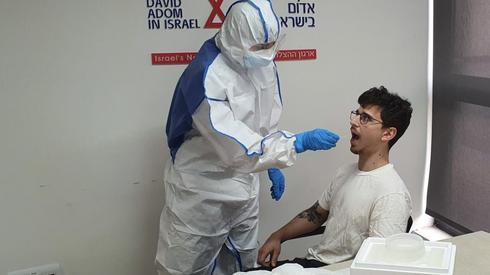 Israele. Un prelievo per il test del coronavirus