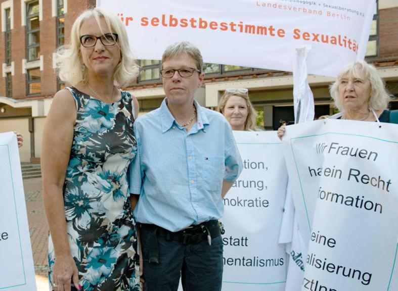 Sit in in solidarietà con Bettina Gaber e Verena Weyer
