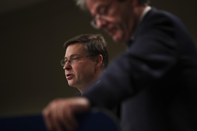 Il vicepresidente della Commissione europea Valdis Dombrovskis e il Commissario all'Economia Paolo Gentiloni