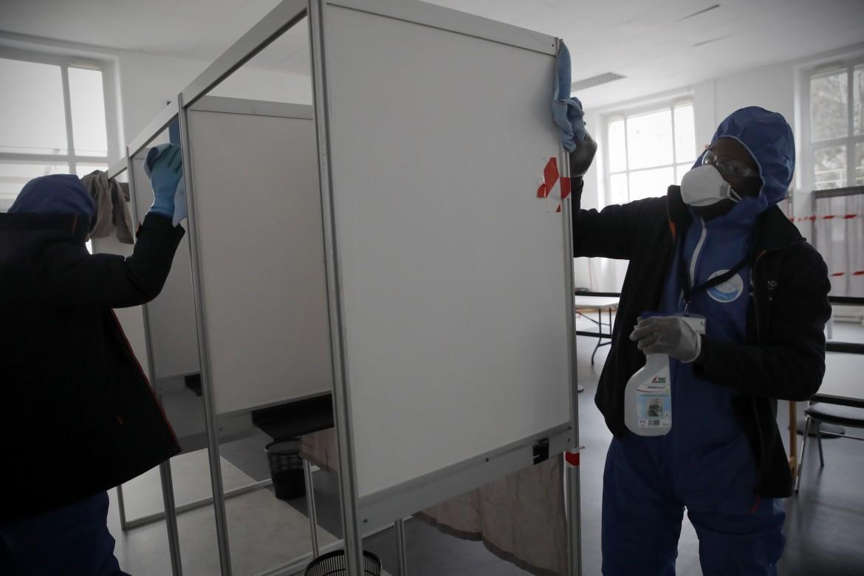 Seggi elettorali sanificati in Francia
