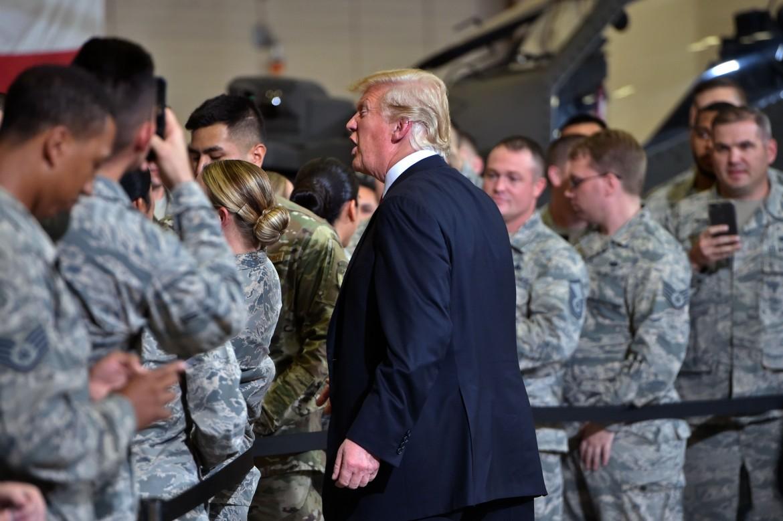 Il presidente Usa Trump tra i soldati nella base di Phoenix, Arizona