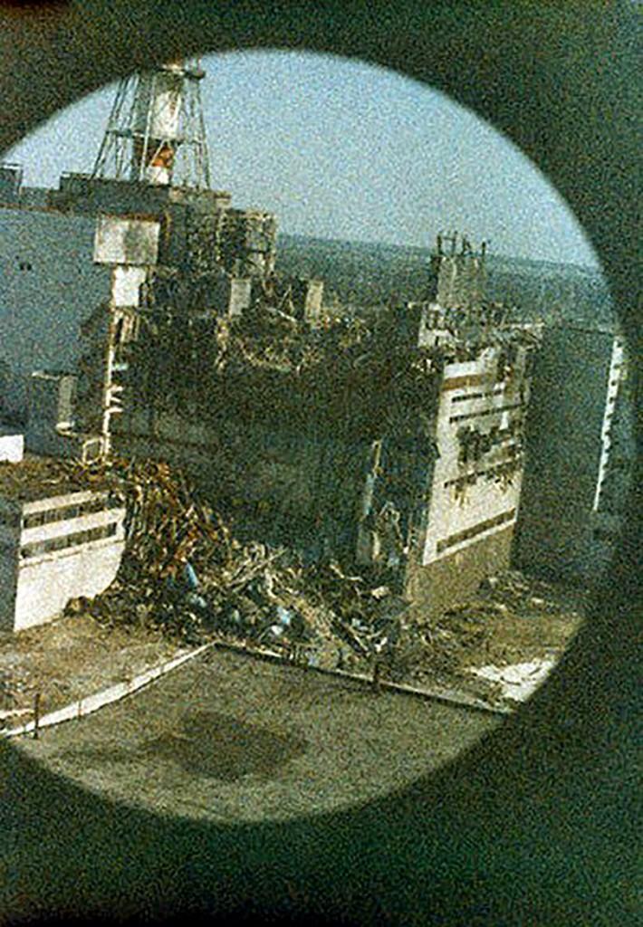 La prima foto del reattore di Chernobyl, realizzata da Igor Kostin quattordici ore dopo l'esplosione