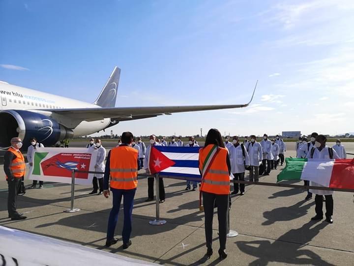 L'arrivo a Torino della brigata di medici e infermieri cubani