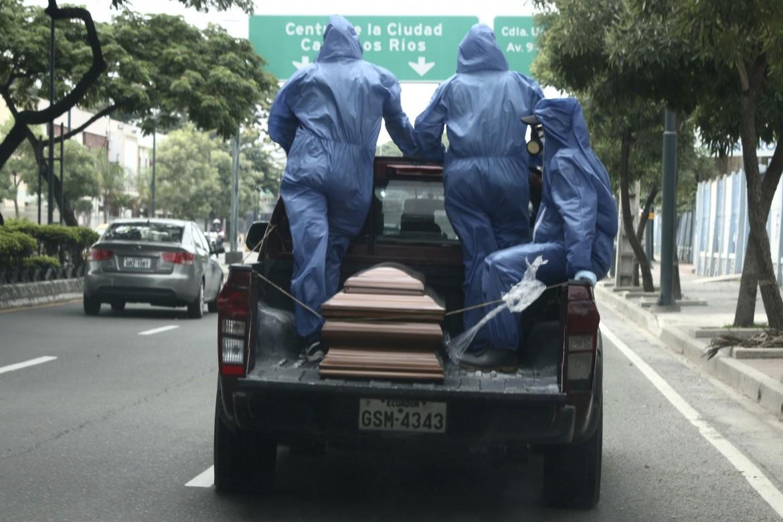 Guayaquil, una bara trasportata verso il cimitero