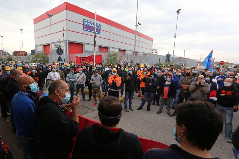 Una manifestazione sindacale davanti allo stabilimento ex Ilva di Cornigliano (Genova)