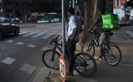 Un rider di Uber Eats in bicicletta