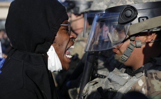 Minneapolis manifestanti si inginocchiano davanti alla polizia