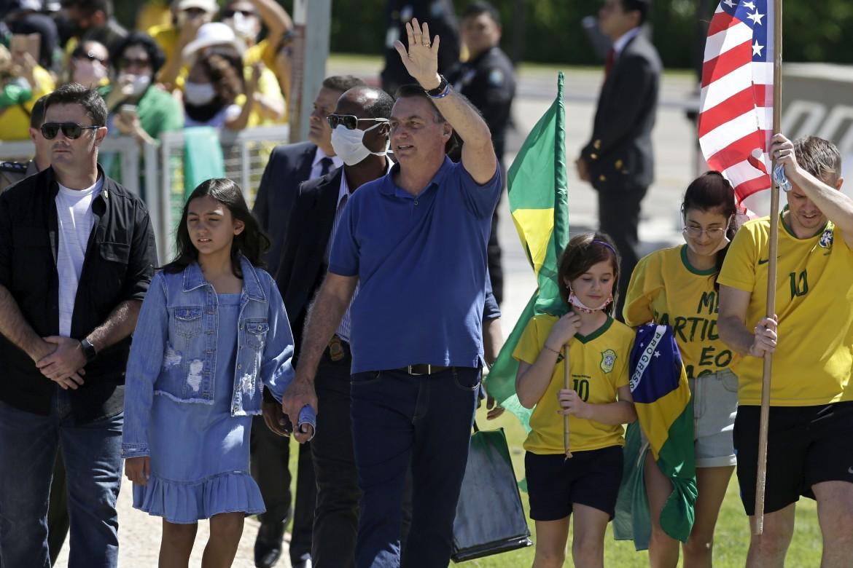 Jair Bolsonaro con la figlia saluta i suoi sostenitori davanti al palazzo presidenziale di Brasilia il 3 maggio scorso