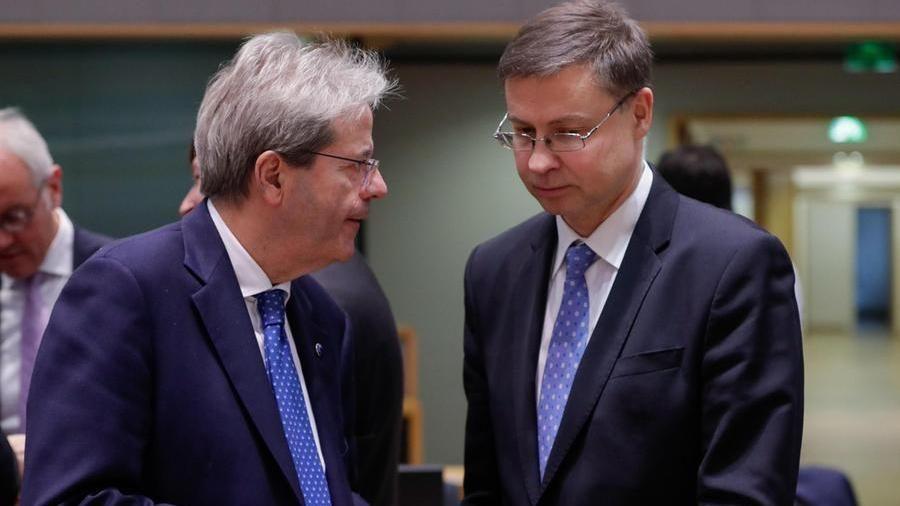 Il commissario all'economia PaoloGentiloni e il vicepresidente della Commissione Ue Valdis Dombrovskis