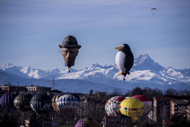 Il 32° Raduno Aerostatico Internazionale dell'Epifania a Mondovì (To), Van Gogh e un pinguino davanti al Monviso