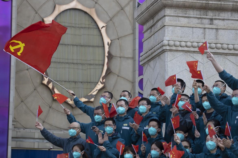 La cerimonia per i medici di Wuhan, Cina