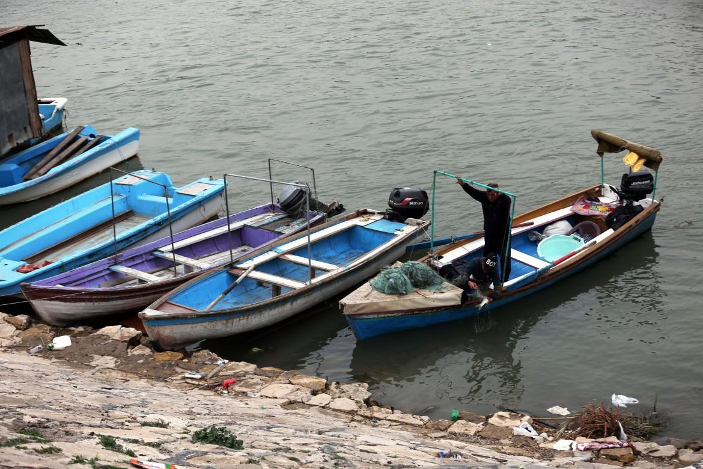 Barchette da pesca sul fiume Tigri in Iraq