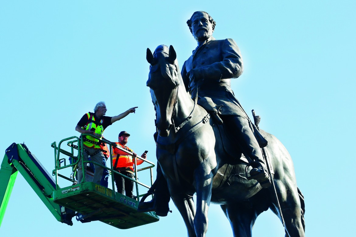 Rilievi per abbattere la statua del generale confederato Robert E. Lee a Richmond in Virginia foto AP