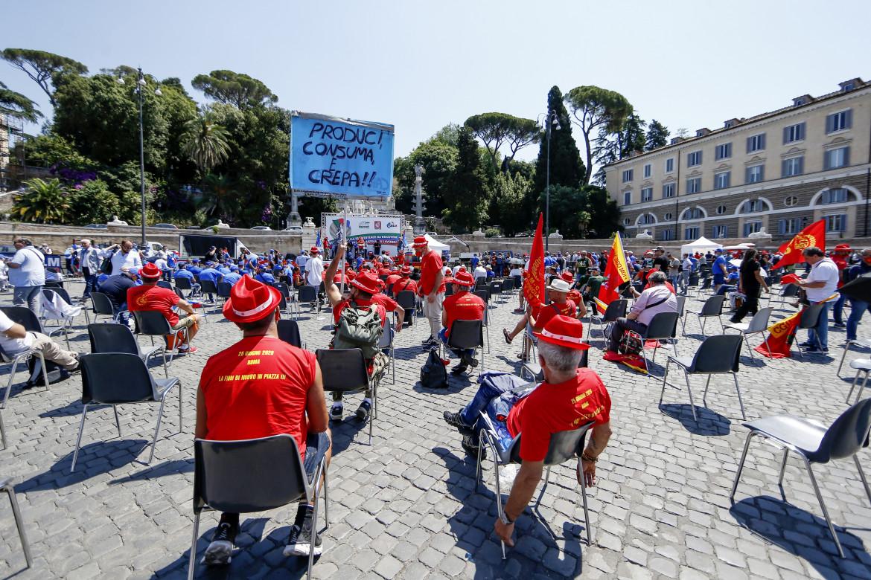 La manifestazione seduta dei metalmeccanici a piazza del Popolo a Roma