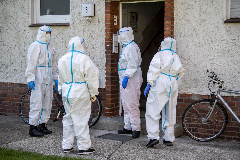 Agents de santé dans un immeuble d'habitation habité par des employés du groupe Tönnies