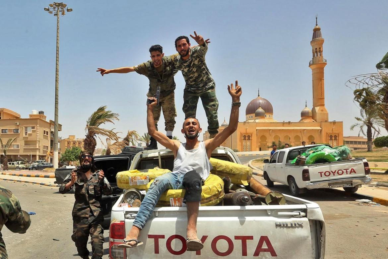 Miliziani fedeli al governo di Tripoli festeggiano nelle strade di Tarhouna la conquista della roccaforte del generale Haftar