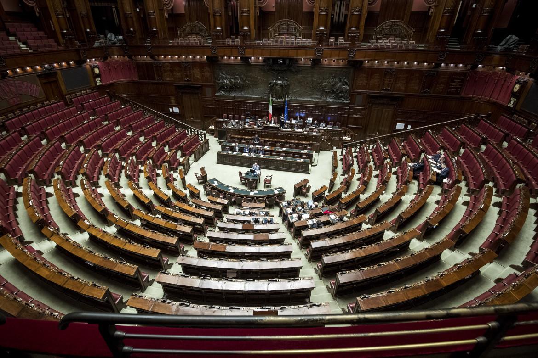 L'aula di Montecitorio. Sotto: il logo della campagna «No al taglio del parlamento, comitato per il no»