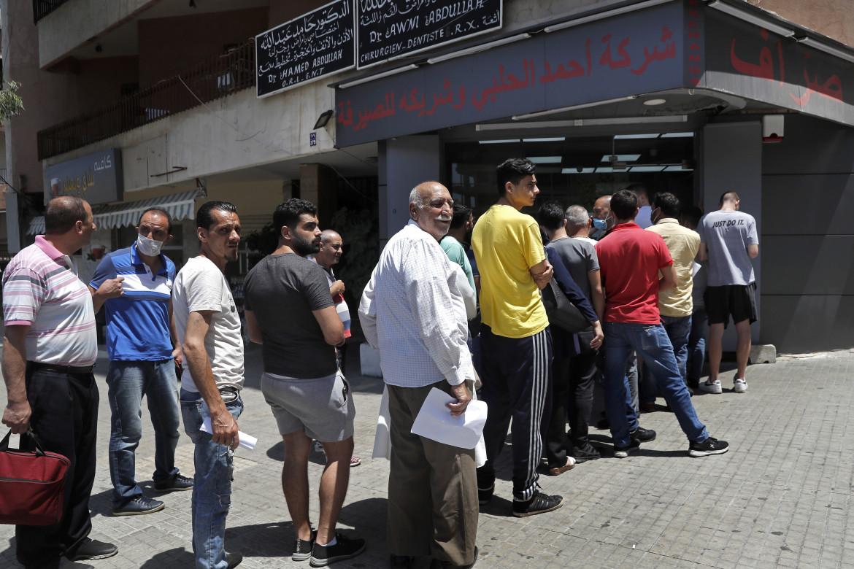 Beirut, in fila per ritirare dollari al bancomat