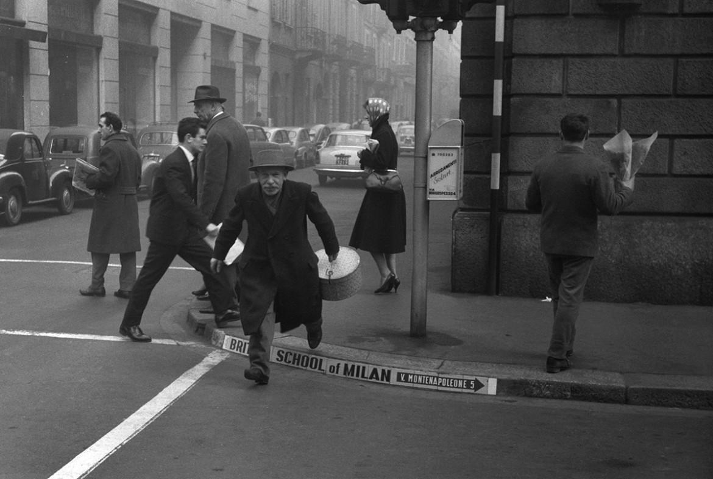 """Cesare Colombo,  """"Gli ultimi fattorini"""", via Montenapoleone, 1957, Milano, Civico Archivio Fotografico © Cesare Colombo"""