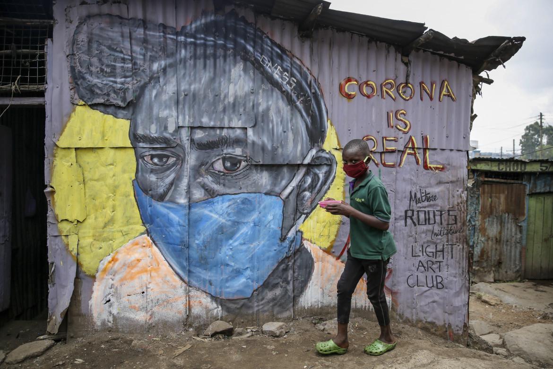 Un adolescente in Kenya durante la pandemia