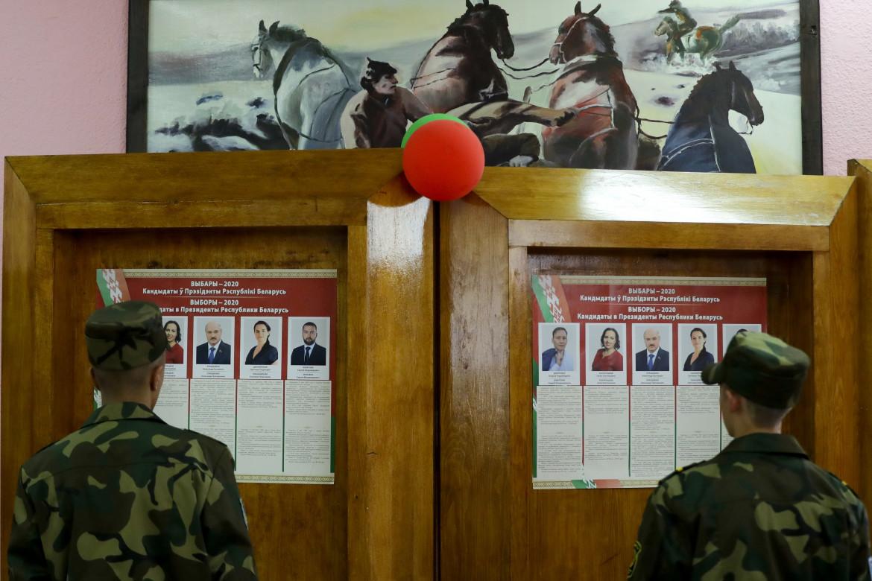 Minsk, soldati bielorussi davanti a un seggio elettorale