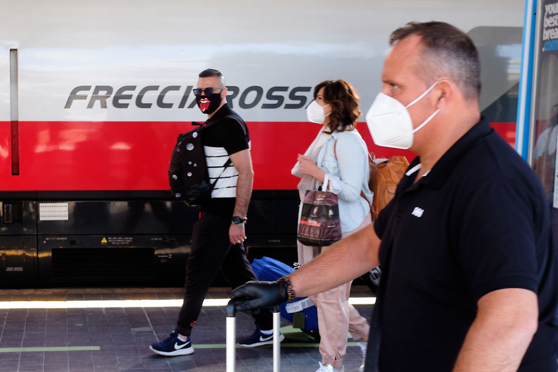 Viaggiatori con la mascherina su un Frecciarossa