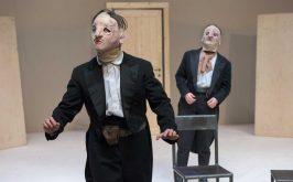 Una scena da Rosencrantz e Guildenstern sono morti di Tom Stoppard Teatro nazionale di Genova 2019 2019 il dramma dei due gentiluomini elisabettiani che Regina Porter rende ossessivamente presente alla mente del suo protagonista